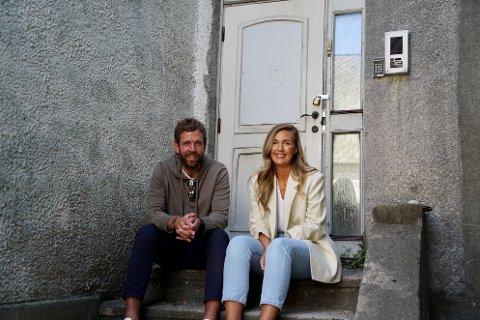 MYE ARBEID: Marius Selsø Håkonsen og Mari Staveland og restaurerer en murvilla i Kirkegata 217.