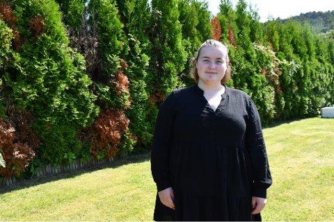 STUDERER SJUKEPLEIE: Sjukepleiarstudent Iris Jeanette Maria Quam (19) trivst godt på Halsnøytunet. Ho synest personalet der er kjekke å jobba saman med, og fortel at ho er blitt glad i brukarane.