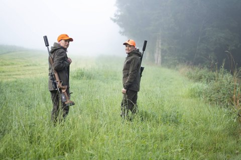 Emma Vassbotn (t.v.) og Linn Vassbotn måtte konstatere at første jaktturen for året endte uten fangst, de er likevel mest giret over å endelig være i gang igjen.