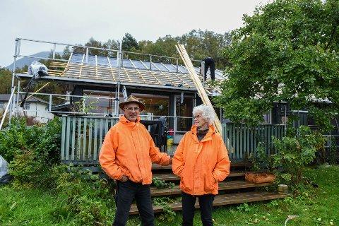 NYTT TAK: Svein Ingvald Opdal og Elisa Helland-Hansen framfor bustadhuset som for tida får nytt tak med integrerte solcellepanel.
