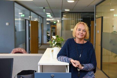 GODE LOKALE: Oddny Susanne Vågen i dei framleis ganske så nye og fine lokala til Nav Kvinnherad i nye Aksen på Husnes.