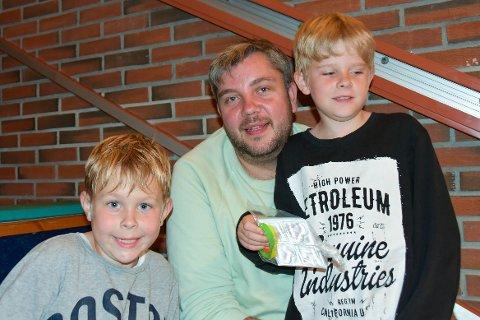 VENTAR SPENT: Embrick og Oliver venta spent saman med pappa Kim Åge på å få utdelt instrumenta sine.