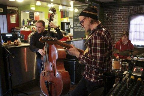 Jam: Gitarist Tom Hasslan spilte på Mølla 12. desember og kommer tilbake andre juledag.Foto: Lars bryne