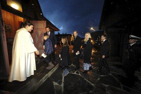 JULAFTEN 2015: Hele kronprinsfamiliene var i kirken i Uvdal kirke på julaften. De ble ønsket velkommen av prest Stina Frøvoll Torgauten.