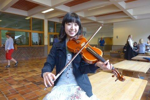 FRA JAPAN: Emy Sakai fortel ho kom i kontakt med norske folkemusikarar ved universitet der ho jobbar.