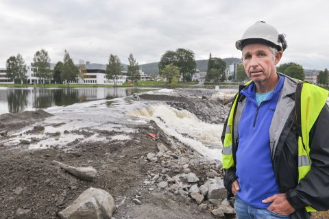 Per Bjørn Hardangen, daglig leder i Kongsberg energiselskap, før vannet i Lågen tok kommandoen under den første flommen.