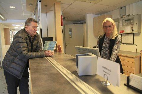 USIKRE: Styreleder Arne Olsen og daglig leder ved vandrerhjemmet, Kristin Franksson føler seg usikre på hva kommunen mener med planene for stedet fremover. FOTO: Lars Bryne