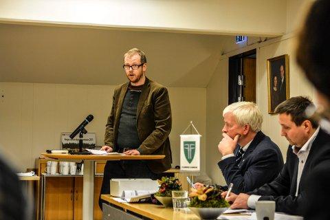 SØKER: Inge Skåningsrud (V) på talerstolen i kommunestyret. Nå flytter han til Hurdal og ber om fritak fra sitt politiske verv.