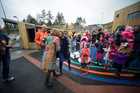 GOD KLEM: Styrer i Kampestadlia barnehage var veldig glad da ordfører Kari Anne Sand hadde foretatt den høytidelige åpningen av barnehagen.