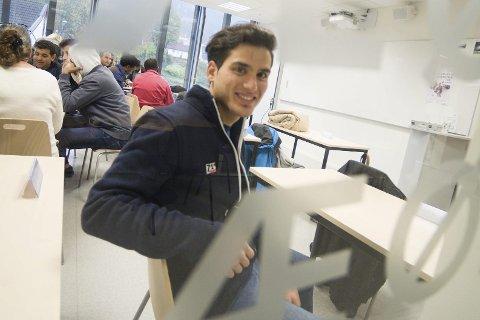 PÅ Norsksenteret: Kareem Kaisoon (25) er utdannet arkitekt fra hjemlandet Syria, som han og broren måtte forlate fordi krigen bare ble verre og verre. Nå er han elev på Kongsberg norsksenter, og takknemlig for at de har blitt tatt så godt imot i Norge. alle FOTO: IRENE MJØSENG