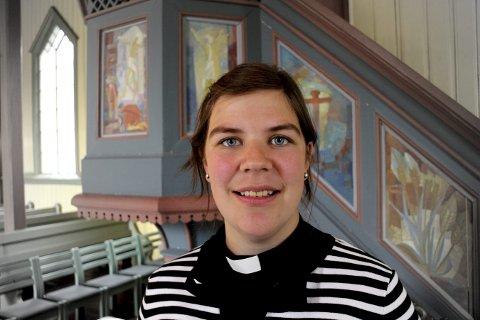 GLEDER SEG: Sogneprest i Nore, Uvdal og Tunhovd menigheter, Stina Frøvoll Torgauten, skal vise dåpsantrekk i fire kirker.