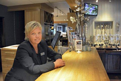 FÅR PRIS: Lampeland hotell ved daglig leder Kari Tveiten.