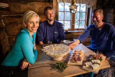 """LOKALMAT: Her smaker programleder Anne Rimmen, lokal kjentmann Håvard Kjøntvedt og villmarkseksperten Trond Strømdahl på lokale spesialiteter under """"Monsen på villspor"""" på NRK."""