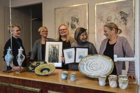 GALLERI TIK: Fra venstre: Hanne Englund, Rigmor Husøy, Hanne Dahl Karlsen, Kristin Døvle og Ingegjerd Mandt har utstilling fram til 17. desember.