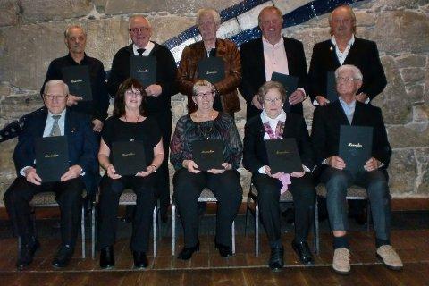 Æresmedlemmer. Fra venstre bak: Jan Nygård, Erik Harald Merde, Hans Alfred Svensen, Arthur Løkamoen, Øystein Danielsen. Fra venstre fremme: Arne Lindsholm, Tove Hillestad, Ingunn Carlsen, Astrid Aarø, Egil Lønning