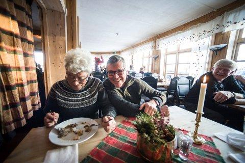 GOD STEMNING: Det var også flere lokalmatprodusenter til stede på Fjellmatfestivalen. Blant dem var Gunhild Brun fra Uvdal og Ola Hov fra Rollag. Ola Hov vant rakfisk-kåringen under Fjellmatfestivalen i fjor.