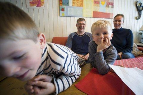 LIKER LÆRERNE: Bjørn (8) og Sverre (4) liker både iPad og papir, og øver på skriving så ofte de kan. Pappa Arnstein og mamma Åsta ønsker at de skal fortsette med begge deler.