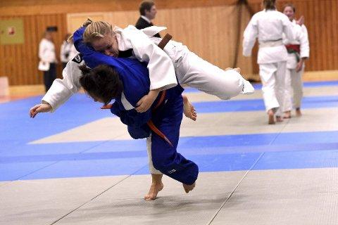 TRO TIL: BKs Linn Mikalsen i hvit drakt hamler her opp med en av konkurrentene i lørdagens lag-NM i judo i Kongsberghallen.foto: ole john Hostvedt