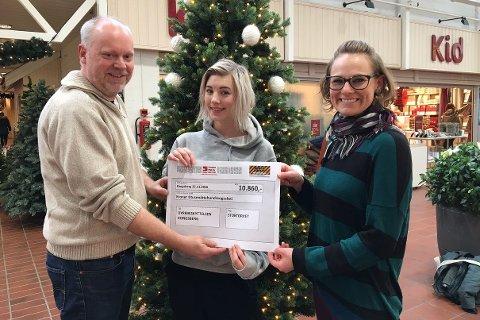 Senterleder Truls Klippen i Stortorvet kunne overrekke Black Friday-donasjonen til  Hedda Shaw og Katrine Heiber Leirmo, begge styremedlemmer i Dyrebeskyttelsen Kongsberg.