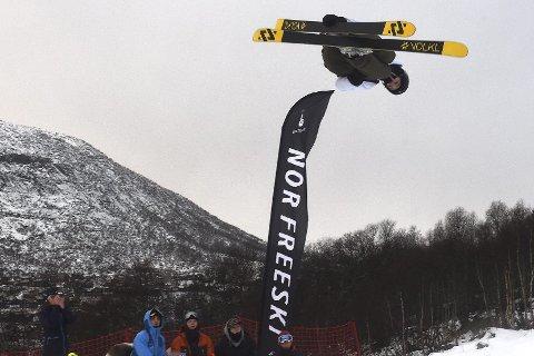 FØRSTEÅRSJUNIOR: Kongsberg Freestyleklubbs Tevje Albeck Skaug i aksjon i big air-konkurransen på Hovden lørdag.foto: ole john  Hostvedt