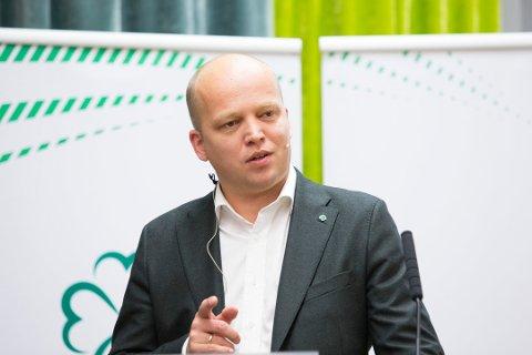 Senterpartileder Trygve Slagsvold Vedum vil bruke mer på å styrke sykehus og politi i distriktene og heller kutte i sentralt byråkrati.