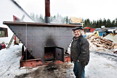 Helmer Grinderud foran det som skal bli verdens største pølsekjele. Kjelen er formet som en gammel gruvevogn.  FOTO: STÅLE WESETH