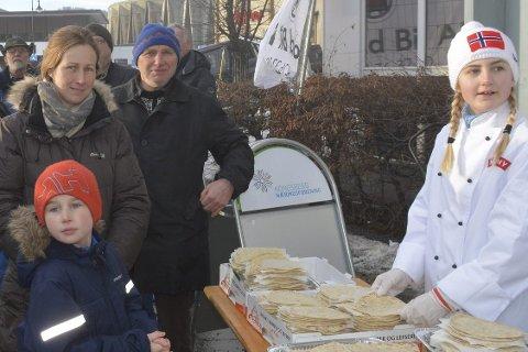 Endelig: Gustav Bjørhovde fra Svene får pølse først av alle i Kongsberg sentrum.