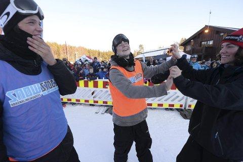 GLAD: Henning Hansen Pytte (i midten) gratuleres av Peter Ulsletten. Morten Løwstrøm Aulin er også imponert over det 17-åringen fra Kongsberg Freestyleklubb leverte i finaleomgangen i Funkelia.alle foto: ole john hostvedt