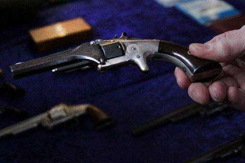 VÅPEN: Det antas at mange sitter på våpen som ikke er registrert og dermed ulovlige. Ut mai i år, er det amnesti dersom du kontakter med politiet og leverer inn. For ordens skyld: Våpenet på bildet er fra en våpenmesse.