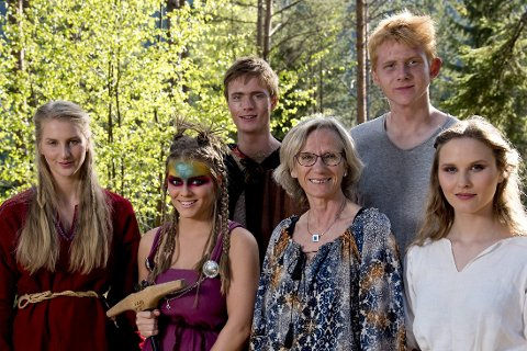 KULT: Her er rektor Sølvi Pettersen fotografert sammen med noe av elevene som hadde valgfaget i år. FOTO: André Clemetsen