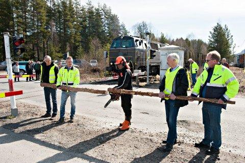 Her er den offisielle re-åpningen av Numedalsbanen på Flesberg. Fra venstre: Områdeleder Nils Peter Undebakke i Viken skog, direktør Rune Frogner i Moelven bruk Numedal, Flesberg-ordfører Oddvar Garaas, stortingsrepresentant Per Olaf Lundteigen og Geir Mastein fra Svene pukkverk.