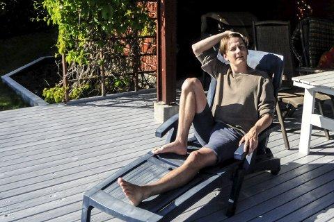 EN LITEN PAUSE: Vetle Bergan fikk noen fine fridager hjemme på Lampeland, før han flytter til Trondheim for å begynne som skuespiller ved Trøndelag Teater. FOTO: IRENE MJØSENG