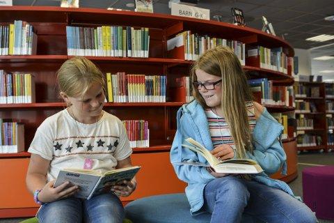 På Biblioteket: Pernille Magnus (7) og storesøster Marte Magnus (10) er med på Sommerles.Foto: Mona Sandviken