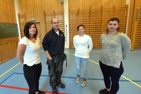 KRITISKE: FAU er kritiske til hvordan Nore og Uvdal kommune har håndtert saken. Fra venstre: Tove Grønneflåta (FAU-leder), Ole Morten Simensen, Therse Bjørnsrud og Gunn Karin Svendsen.