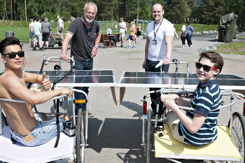 Trenger kun sol: Elevene har laget selvgående vogner som går kun på solenergi. Her er Mahdi Tahini (t.v.) og Anders Løhr klare for å teste doningene, mens lærerne Anders Øverbye (bak til venstre) og Wegard Skistad gleder seg til å se solvognene i aksjon. ALLE FOTO: STÅLE WESETH