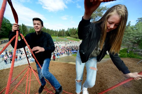 To fra elevrådet på skolen var de første som klatret til topps da klatreparken ble åpnet.