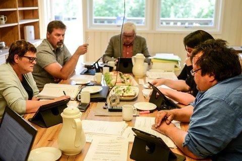 DEBATT: Skolesaken førte til debatt under formannskapet. Fra venstre: Bjørg Homelien (H), Jon Olav Berget (Ap), Oddvar Garaas (Sp), Britt Bergan (Frp) og Tom Ivar Stepien (Frp).