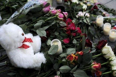 Blomster og bamse på Kirketorget etter 22. juli 2011.