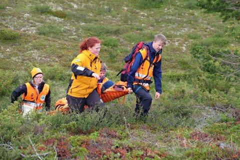 Ine Granhaug Hagen (bakerst) og Jon Lislien (foran), øver på evakuering av pasient sammen med Inger Marie Torgersen og Irene Sele fra Jæren.