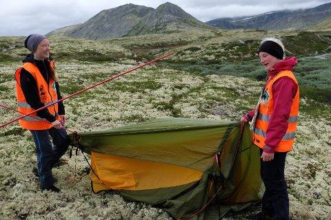 Ine Granhaug Hagen setter opp telt under årets sommerleir sammen med Sina Mickelson fra Moelv.