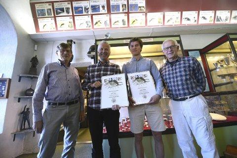 HEDRET: Fra venstre: Styreleder Thor B. Stensrud, Baard Kaasa fra KIFs turngruppe, Børge Bakke som mottok prisen på vegne av broren Jakob og Vebjørn Ruud.foto: Hostvedt