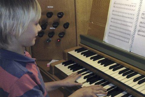 KLAR VED TANGENTENE: Leo Hauger Wyller (11) skal spille på Glogerorgelet lørdag formiddag.