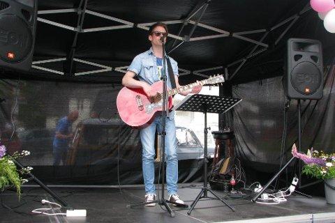 Lokalmusiker: Thomas Bjerke er selv fra Rødberg og mener det er feil tidspunkt å ha en storfest på.