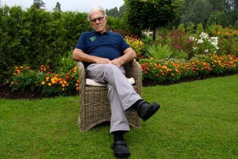 Thorleif Grønvold i sin flotte hage.