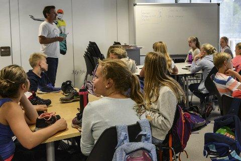SKRIVEKURS: Forfatter Sigbjørn Mostue gir gode råd til sjuendeklassinger på Gamlegrendåsen skole.