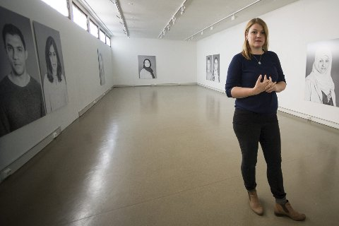 PÅ LÅVEN: Billedkunstner Hilde Honerud åpner utstillingen «It's not easy to make history» i Kongsberg Kunstforening, lørdag. Hun har fotografert asylsøkere som var innom transittmottaket på Raumyr våren og sommeren 2016.