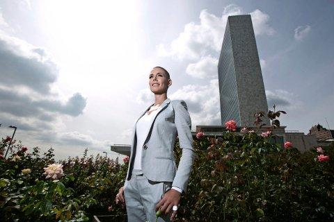 NEW YORK: Gunhild Stordalen foran FN-bygget i New York tirsdag.
