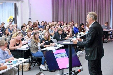Ungdomskonferanse #skamløs åpning Olav Skinnes. Omkring 130 personer deltar på konferansen.