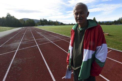 ILDSJEL: – Det er for ille at Kongsberg ikke har ordentlig bane for friidrett, synes Svein Sønju. Her på Modum FIKs anlegg på Geithus.foto: ole john Hostvedt