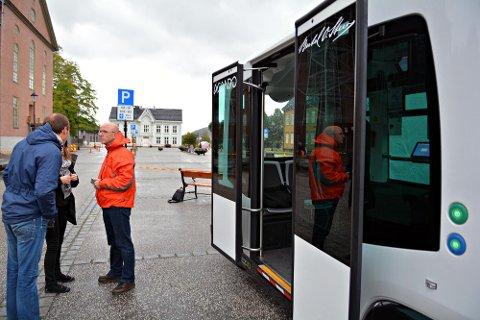 IKKE I KONGSBERG: Den første førerløse bussruten i Norge er godkjent, og det ble ikke i Kongsberg. Det lever Ingar Vaskinn (oransje jakke) godt med. Dette bildet er fra første testen med førerløs buss i Kongsberg høsten 2016.